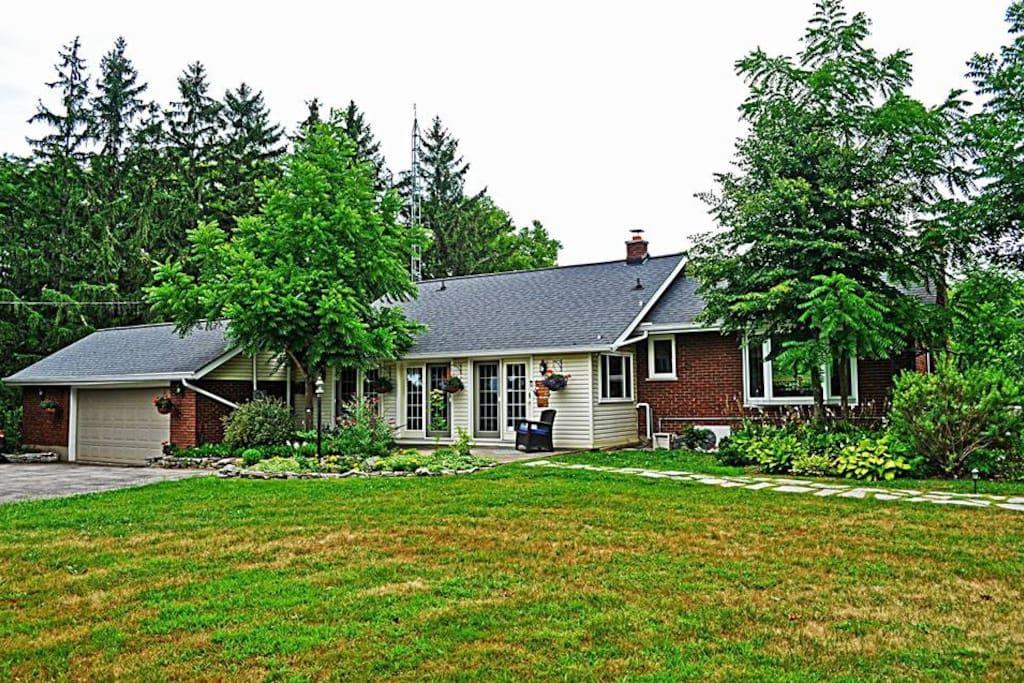 Centennial House Bed and Breakfast - 3 bedroom, 3 bathroom, countryside accommodations in Niagara's Twenty Valley region.