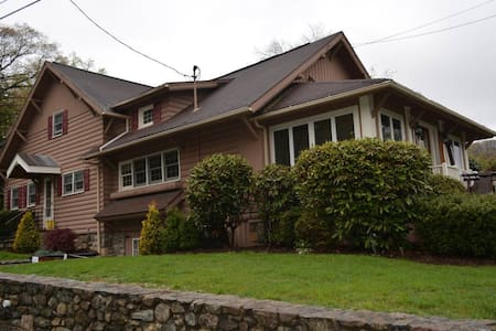 Candlewood Knolls Scenic Lake Retreat - New Fairfield - House