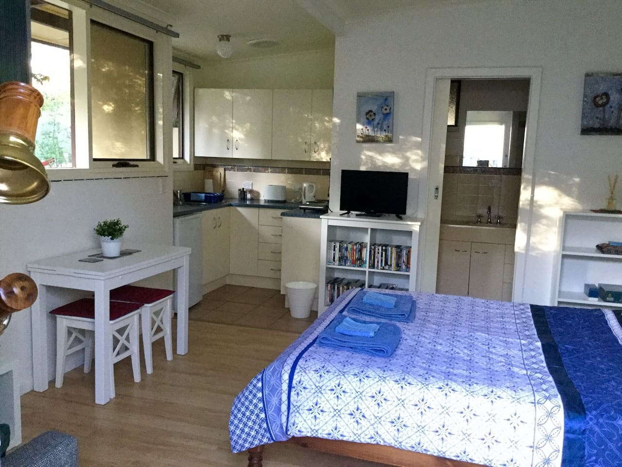 Kitchenette, ensuite, TV, DVD library