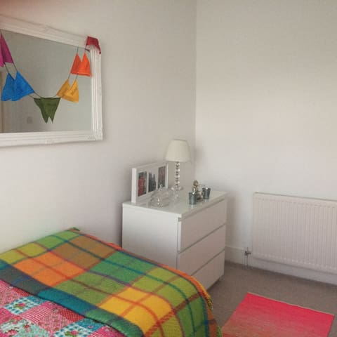 Private single room in pretty South west London. - New Malden - Huis