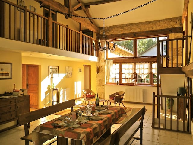 Historic Converted Barn, Gite, Pool - La Cachette, Les Barres , Champs Romain - Hus