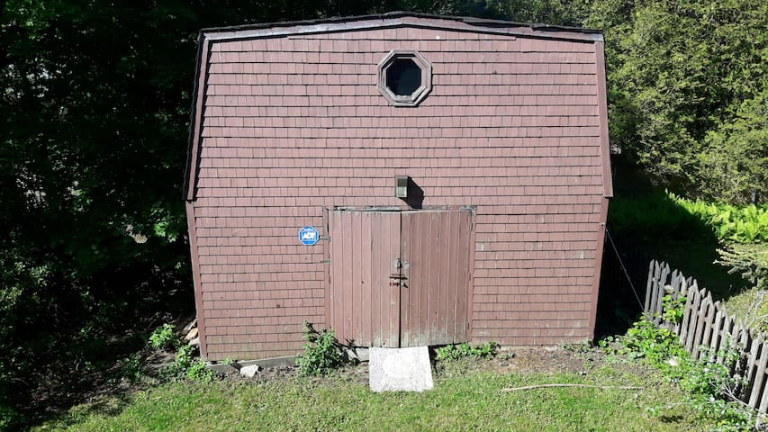 It is actually a shed. There is no luxury. It even has gardening tools in it. There is no running water.