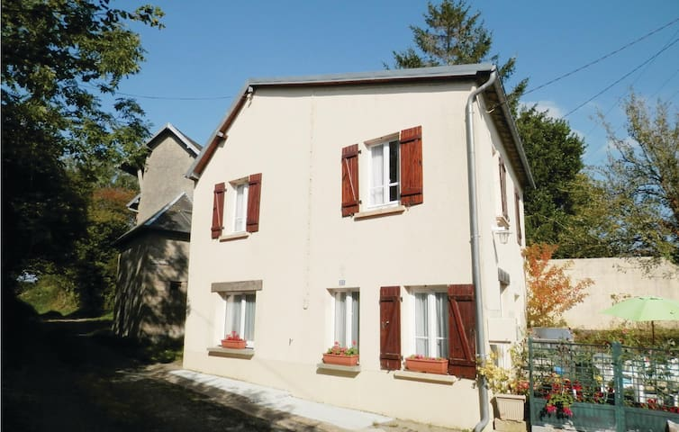 Holiday cottage with 2 bedrooms on 65 m² in Roncey