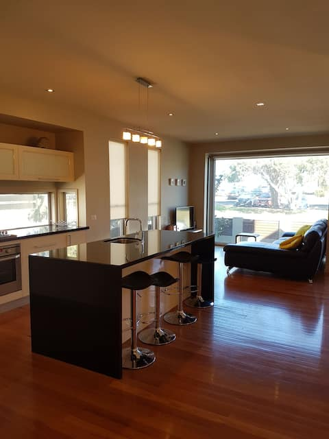 Executive 2 bedroom on Merri. Sleep Six.