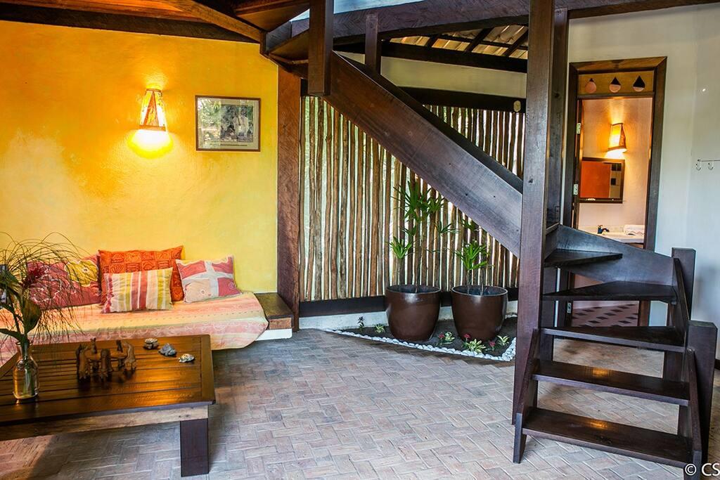jardim de dentro com a escada que vai pelo quarto de casal