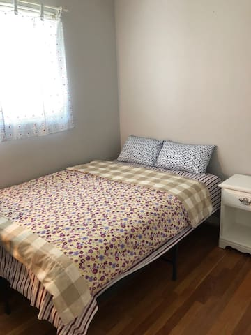 Private room for rent, walk to Metro