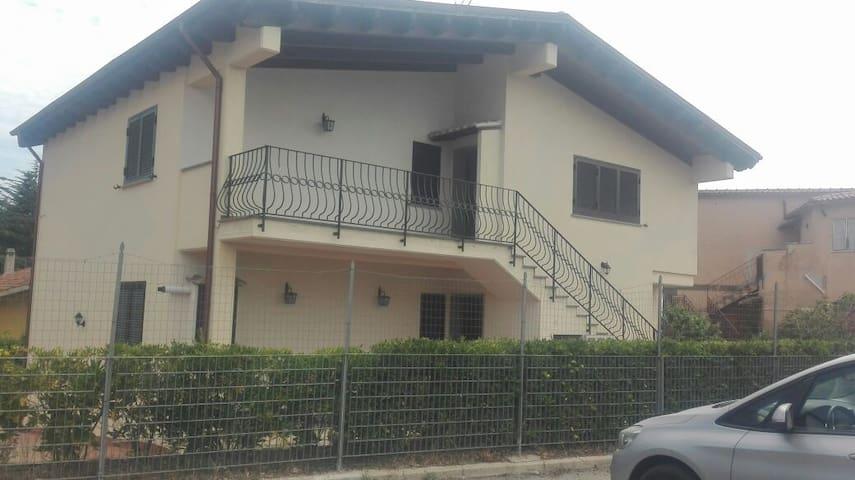 Villa bifamiliare indipendente