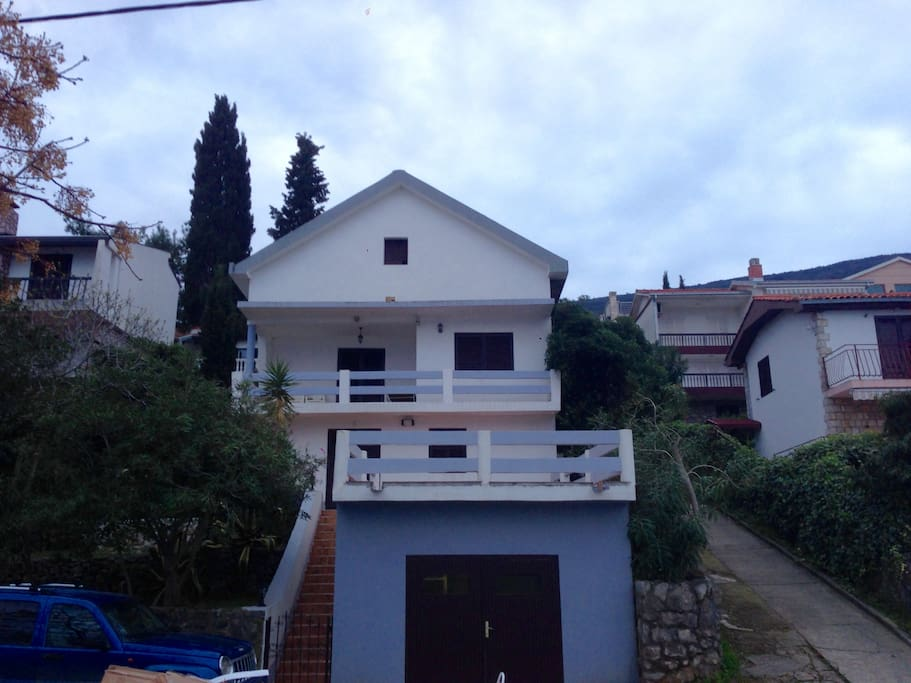 Вид на фасад дома