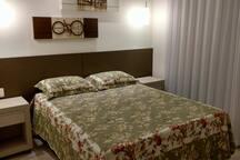 Quarto 3 (cama Queen 1,58X1,98 m). Guarda Roupa 2 portas! Com ar condicionado!