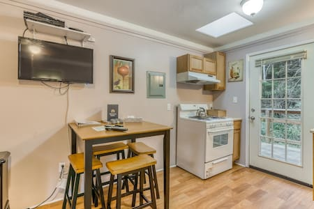 Dog-friendly studio cabin w/shared gas grill - just a short walk to the beach!