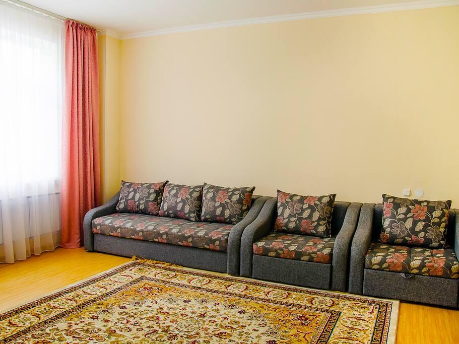 Раздвижной диван с постельными принадлежностями, кресла.
