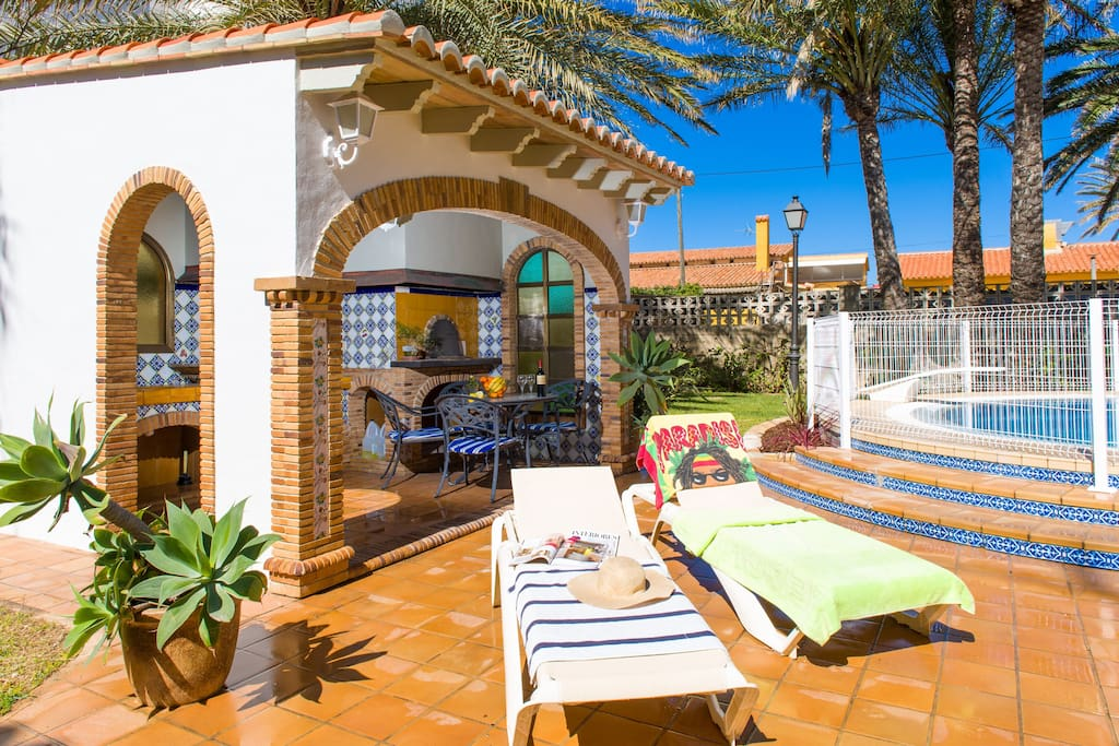 Private garden with pool and outdoor kitchen with Grill and Pizza oven