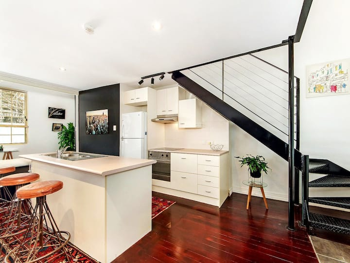 Art Deco NBN, fully equipped kitchen and unit.