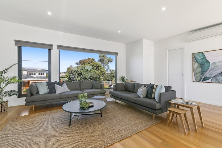 Modern, Spacious Townhouse in Central Torquay