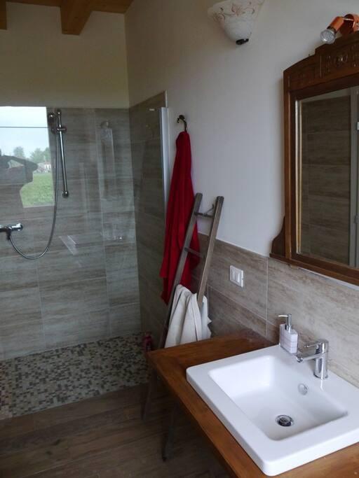 Bagno privato con ampia doccia.