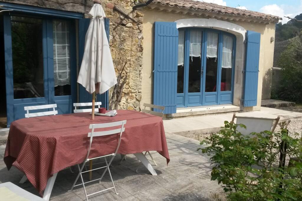 Belle terrasse aménagée, idéal pour déjeuner ou diner dehors (à l'ombre de la vigne ou du parasol si besoin)