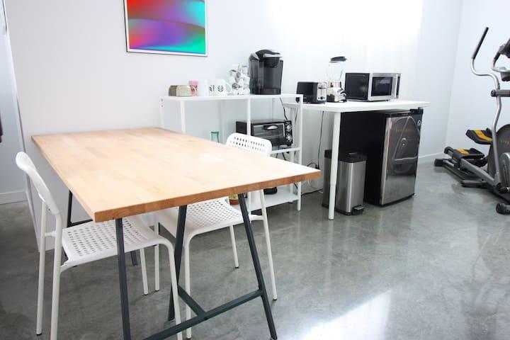 Table à manger ou espace bureau.