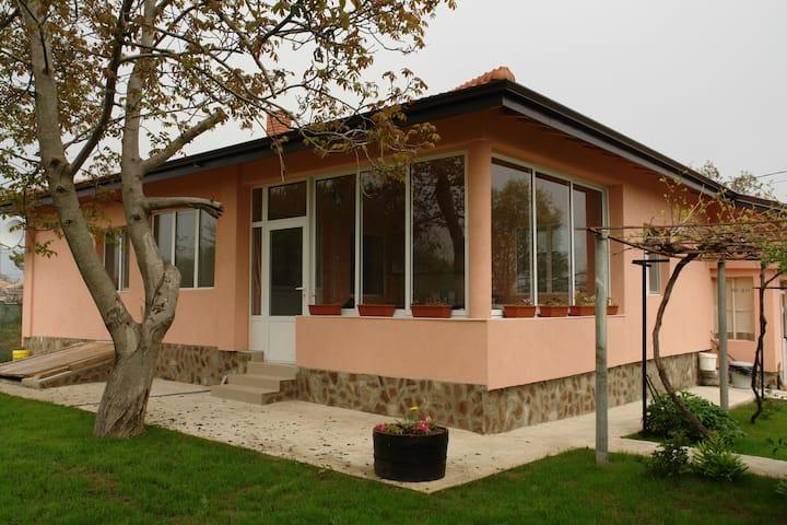 Spacious quiet house with garden
