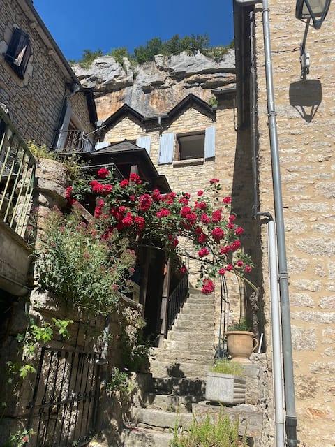 maison en pierre dans village des gorges du tarn