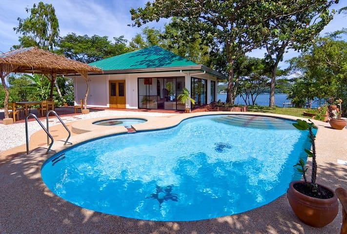 Quiet airy villa and pool, near sea... with cook - Puerto Galera - Huvila