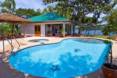 Quiet airy villa and pool, near sea... with cook - Puerto Galera - 別荘