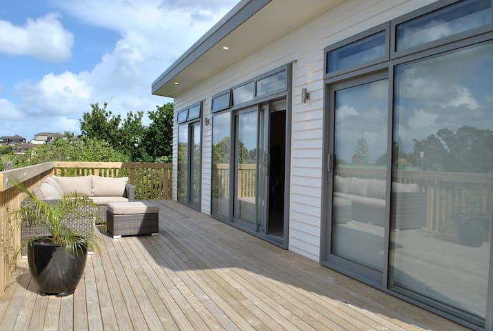 Cosy and private, brand new bach in Torbay/Waiake