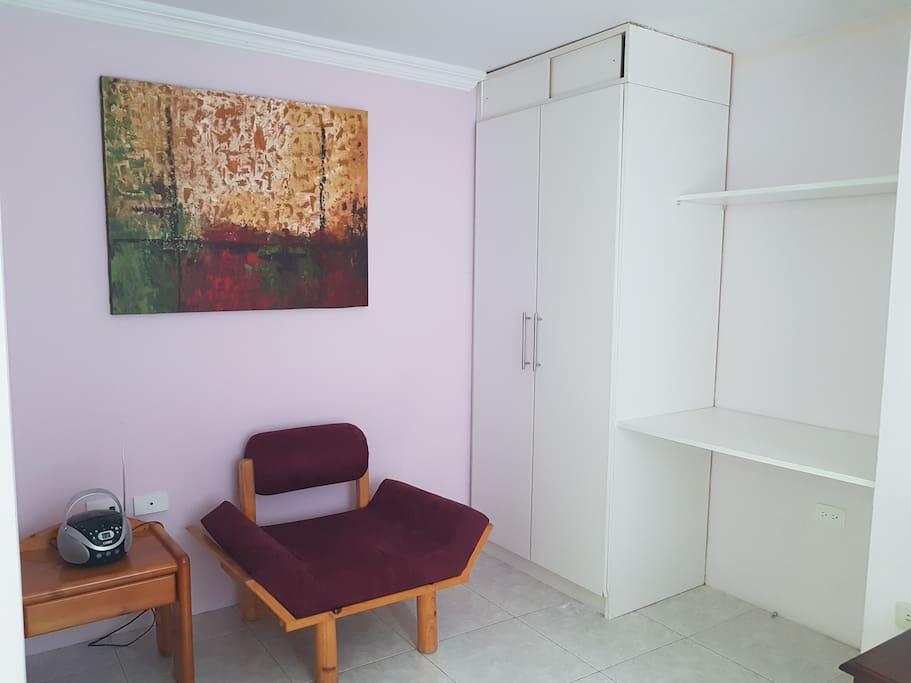 Area de escritorio en primera habitación