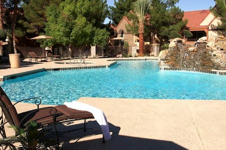 Las Vegas Condo near Red Rock Canyon  - Pool - Appartement en résidence