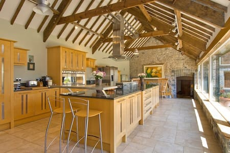 Luxurious, contemporary, mill house with huge beds - Clemenstone - Bed & Breakfast