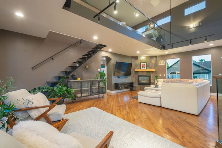 Spacious Modern Home/Upper Level