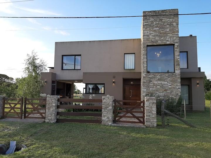 hermosa Casa moderna, con Pileta. Hidro y parque