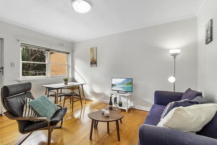 Comfy one-bedroom unit between city and airport