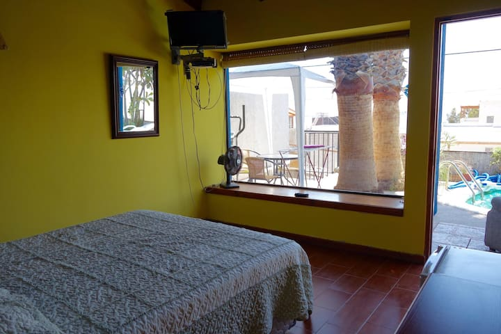 Dormitorio ppal. Hermoso entorno.Piscina y terraza.