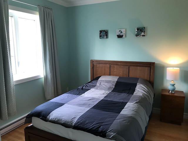 Chambre #2 : lit queen au 2e étage
