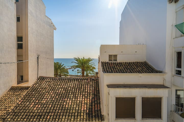 Beautiful apartment w/ balcony and partial sea views