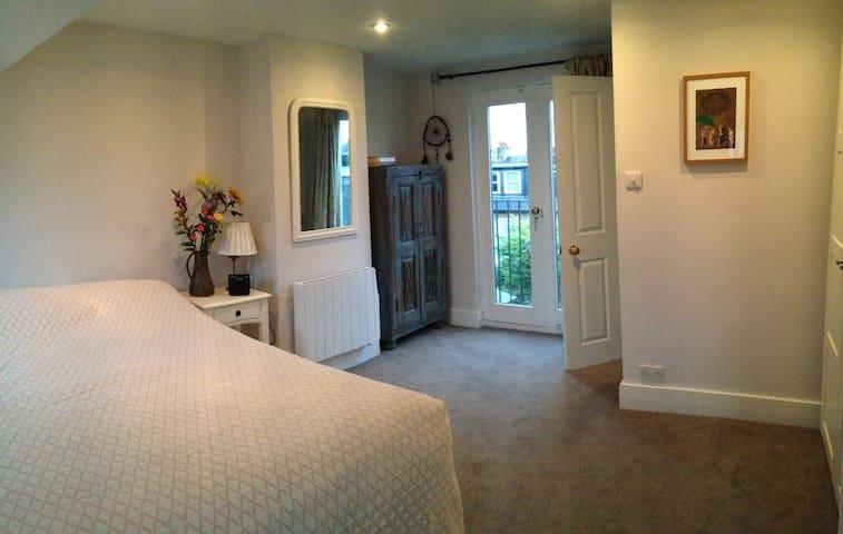 Spacious room with en suite near Richmond - Twickenham - Hus