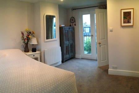 Top floor double room with en suite near Richmond - Twickenham