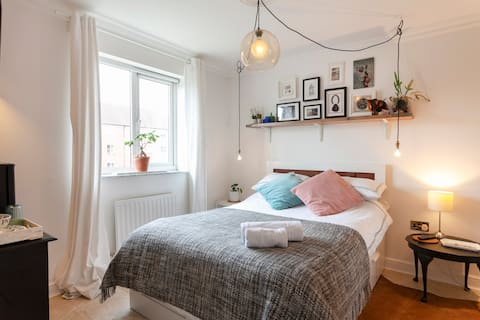 Fresh & modern double bedroom with breakfast