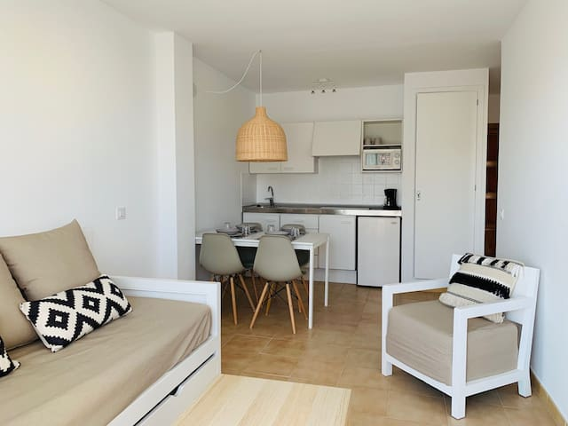 BAULO MAR - STANDARD - Modern apartment near the beach with access to the shared pool.