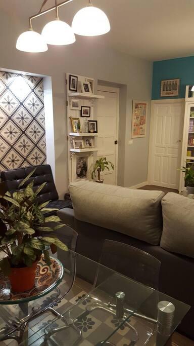 Otra vista del salón, con su cómodo sofá para ver la TV