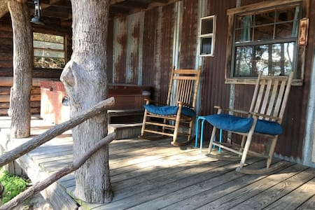 CiCi's Rustic one bedroom at Bluegill Lake Cabins