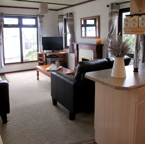 Two bedroom timber lodge close to sea