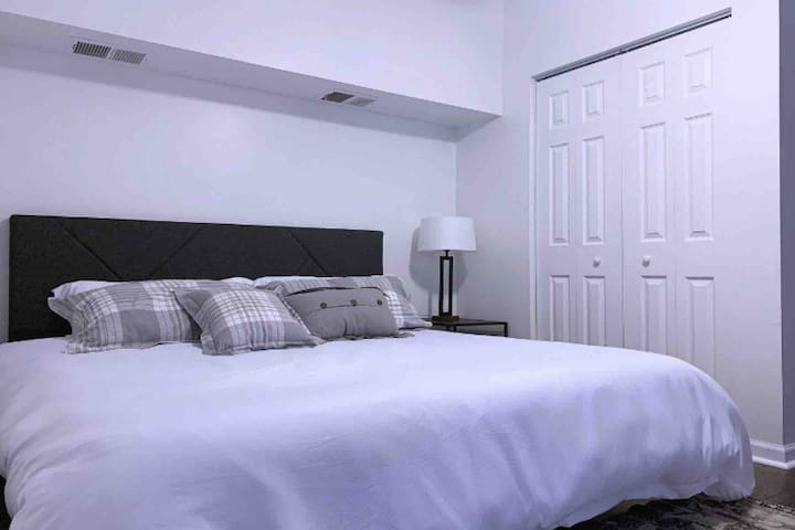* SUPER CLEAN * Private, King Bed & Free Parking ~