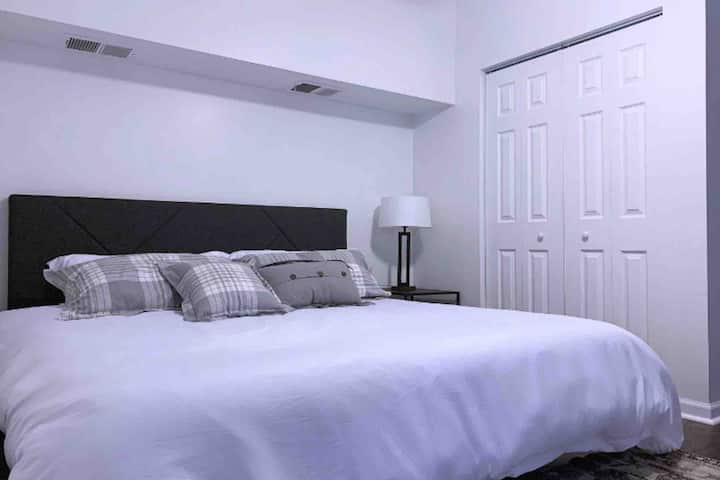 Very Clean, Private, King Bed & Free Parking