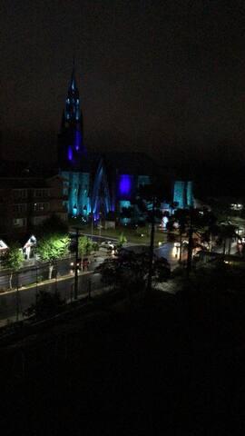 Vista noturna para catedral de pedra