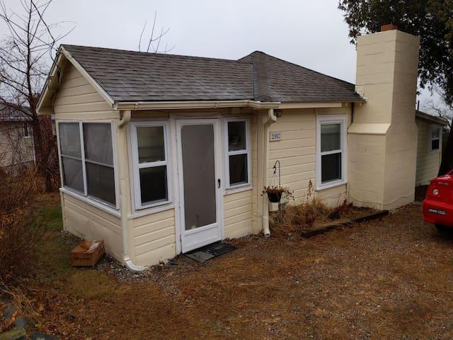 Cozy cottage in Narragansett. 3 min walk to ocean