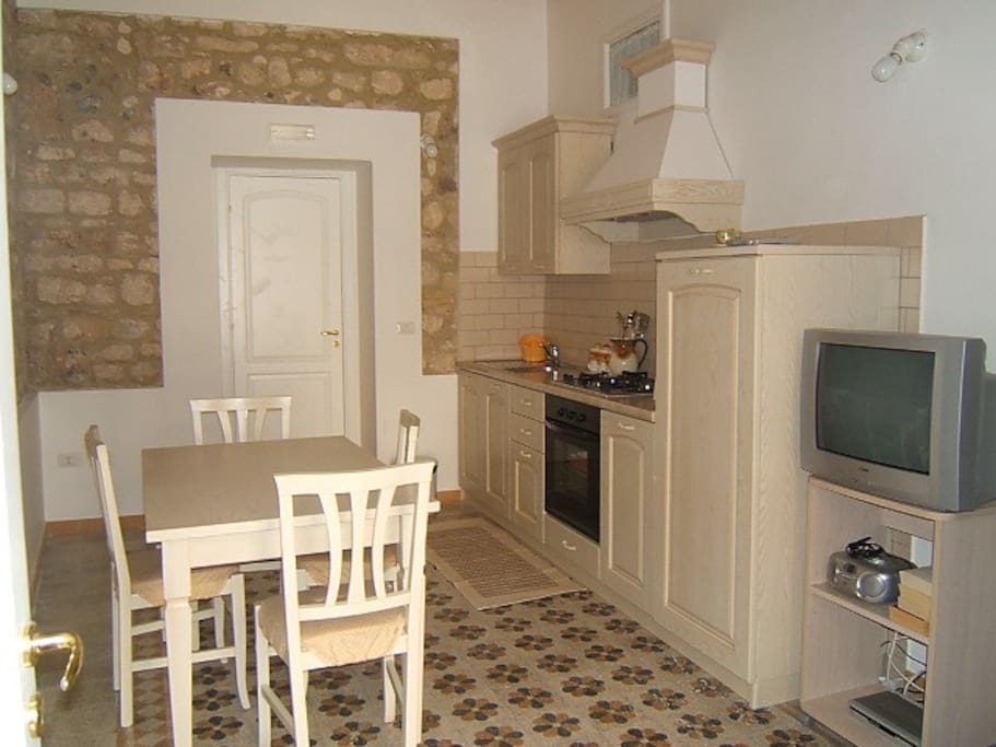 the fully equipped kitchen with oven, microwave, toaster, kettle and much more