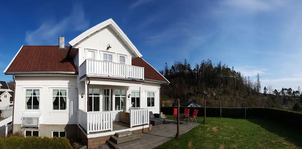 Stort feriehus på Sørlandet, med solrik uteplass.