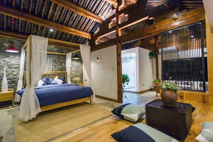 二楼1.8米大床套房可以加榻榻米,门口二楼后花园直接看整个苍山