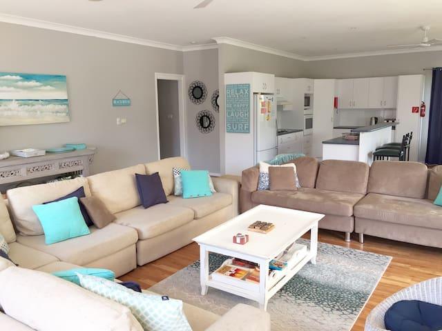 Mar-Lins Beach House, HUGE  living area, pets OK